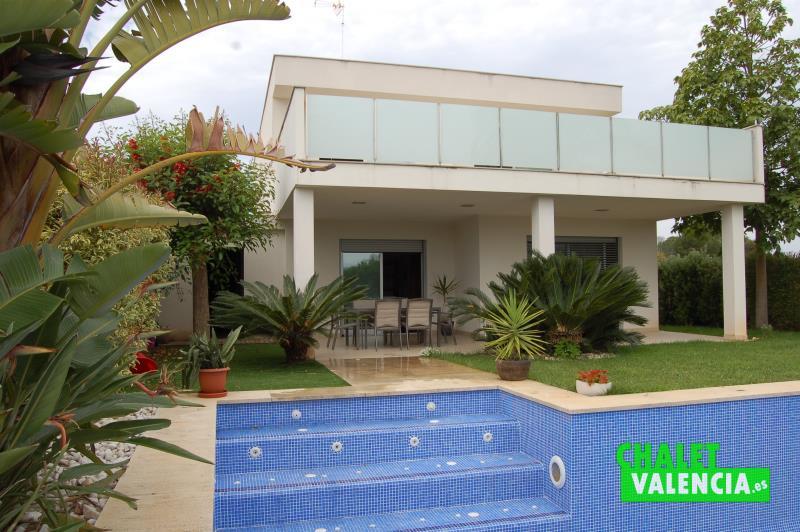 Vista chalet de diseño moderno El Cerrao desde la piscina