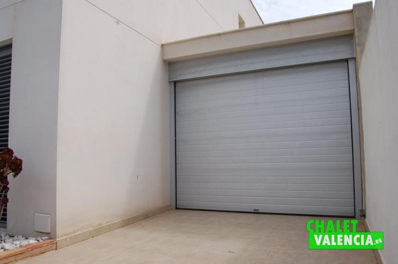 Garaje cubierto en planta baja chalet diseño moderno Valencia