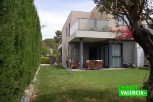 Jardin chalet pareado moderno Montesano
