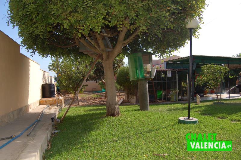 Jardín y zona de campo de cultivo en chalet veraneo Pobla Vallbona