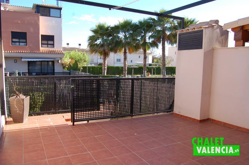 Terraza Sur con vistas a la piscina comunitaria chalet adosado Valencia