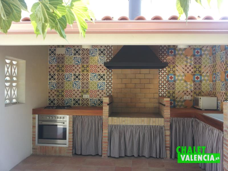 Villa with luxury finishes in l 39 eliana - Barbacoa paellero ...