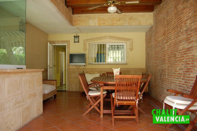 Terraza cocina con privacidad total en chalet Valencia