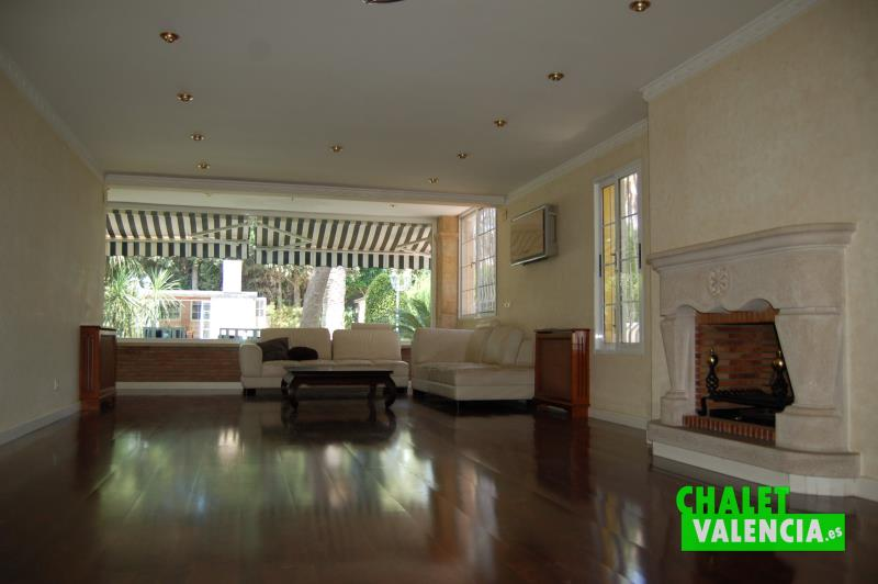 Espectacular salón comedor con chimenea chalet Valencia