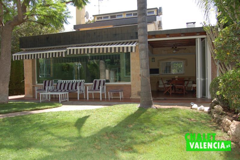 Fachada vivienda con terraza con privacidad total