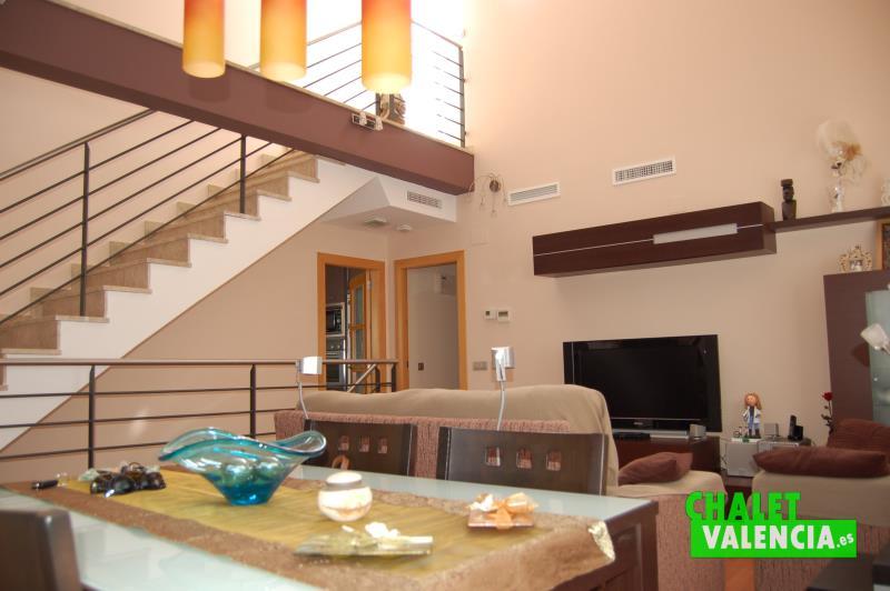Escaleras de diseño en salón comedor