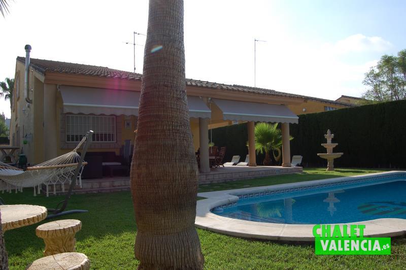 Chalet con encanto en montealcedo cerca de valencia for Piscina jardin valencia