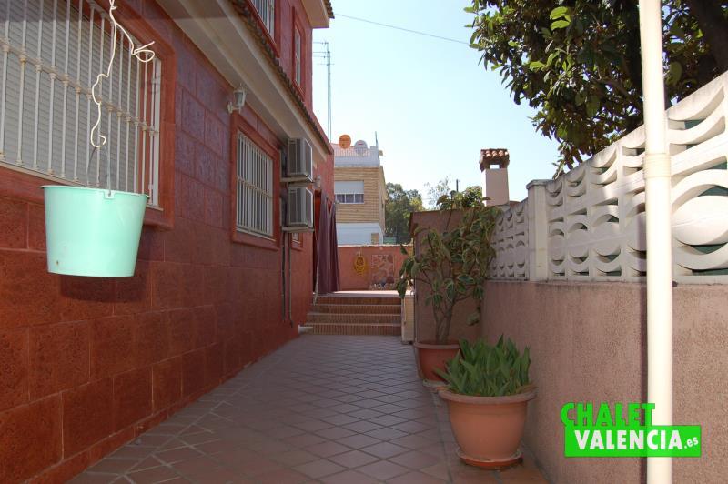 Fachada interior chalet en La Cañada junto Metro Valencia