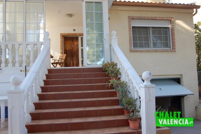 Escaleras a planta baja del chalet en venta en Montealcedo