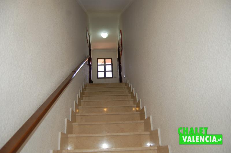 Escaleras sótano con zona de cocina y lavadero
