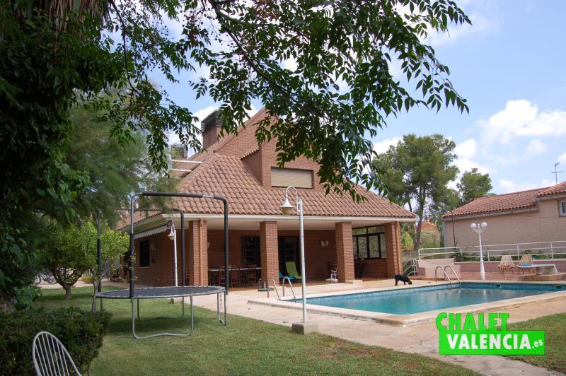 Zona jardín y piscina desde extremo Sur chalet Valencia