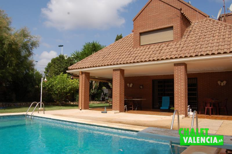 Vista terraza desde piscina con trampolín Chalet Valencia