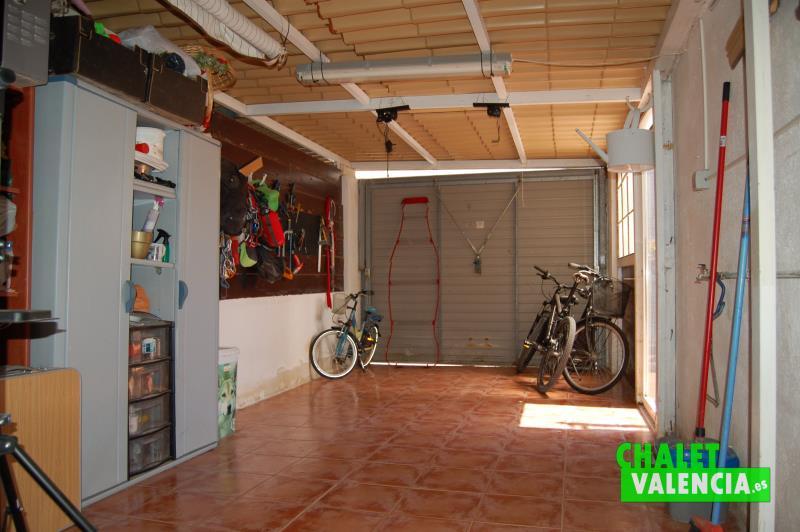 Garaje cubierto con acceso desde la calle y desde terraza entrada