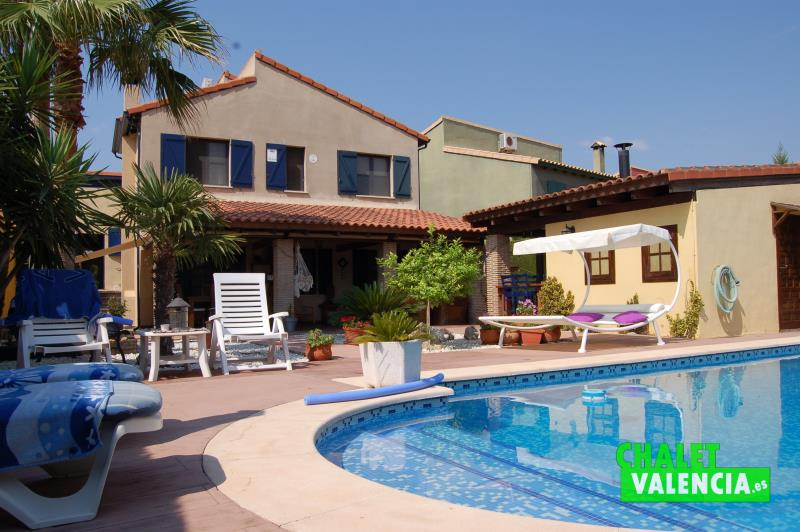 Chalet con encanto en masia de traver con piscina for Piscina climatizada valencia