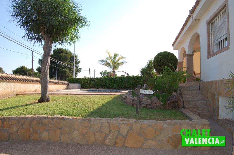 Jardín junto piscina chalet mediterráneo Valencia