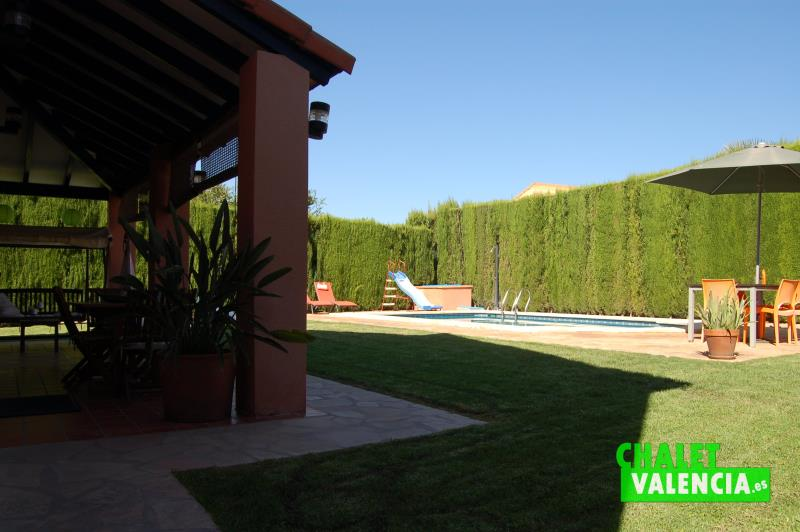 Terraza cubierta junto piscina