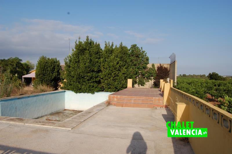 Chalet para vivir en el campo cerca de valencia for Piscinas en el campo