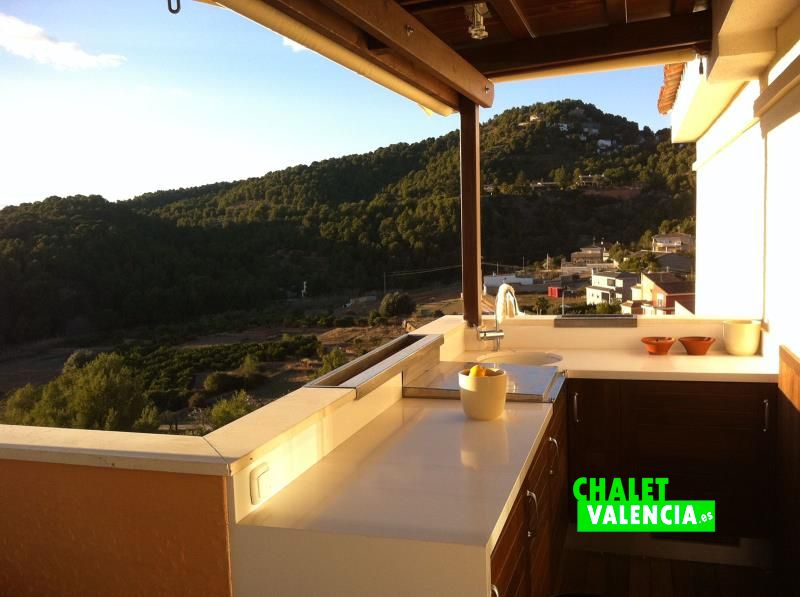 Desayuno con vistas a sierra y costa de Valencia