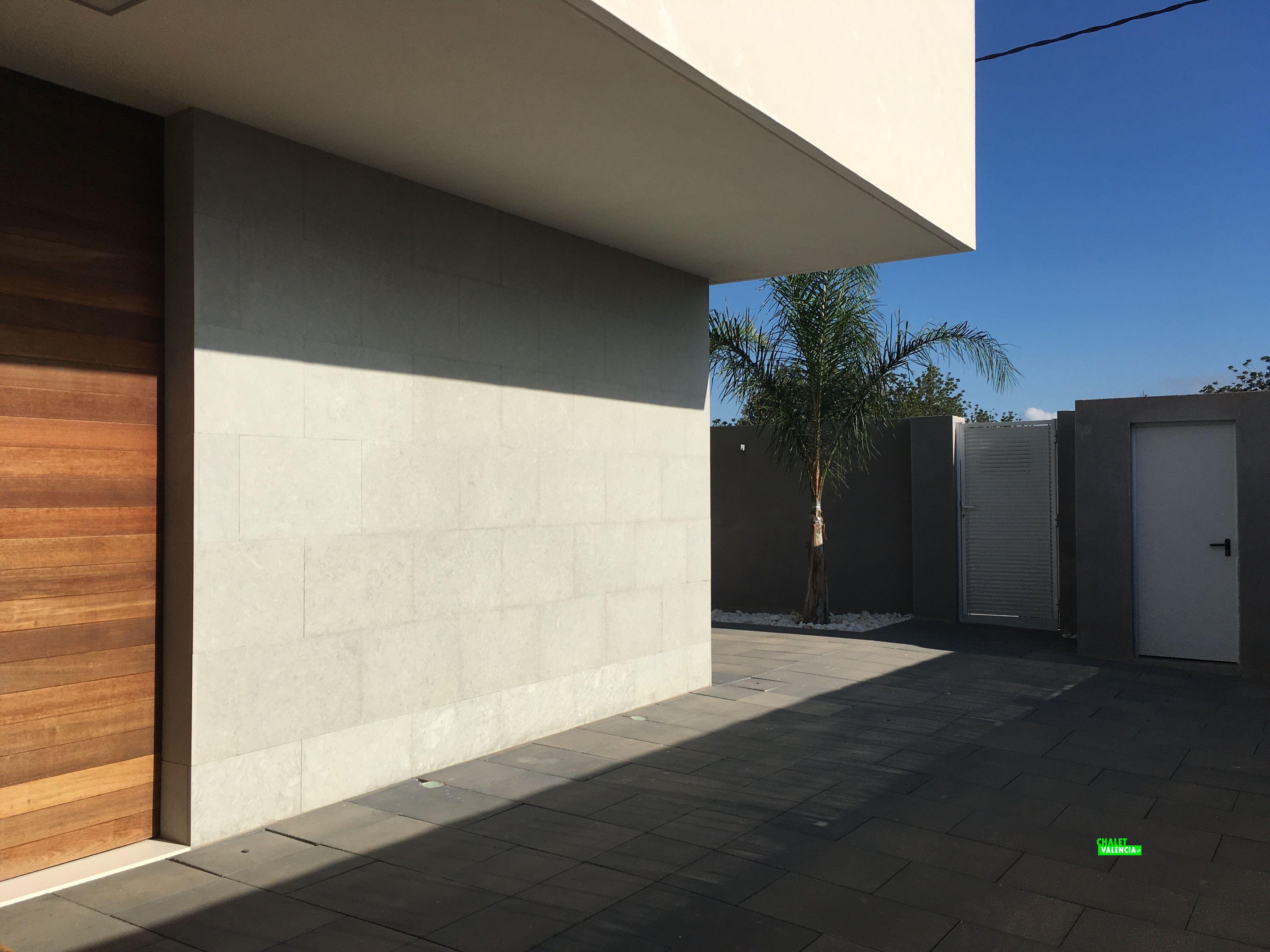 Puerta de entrada a la casa en lateral Este