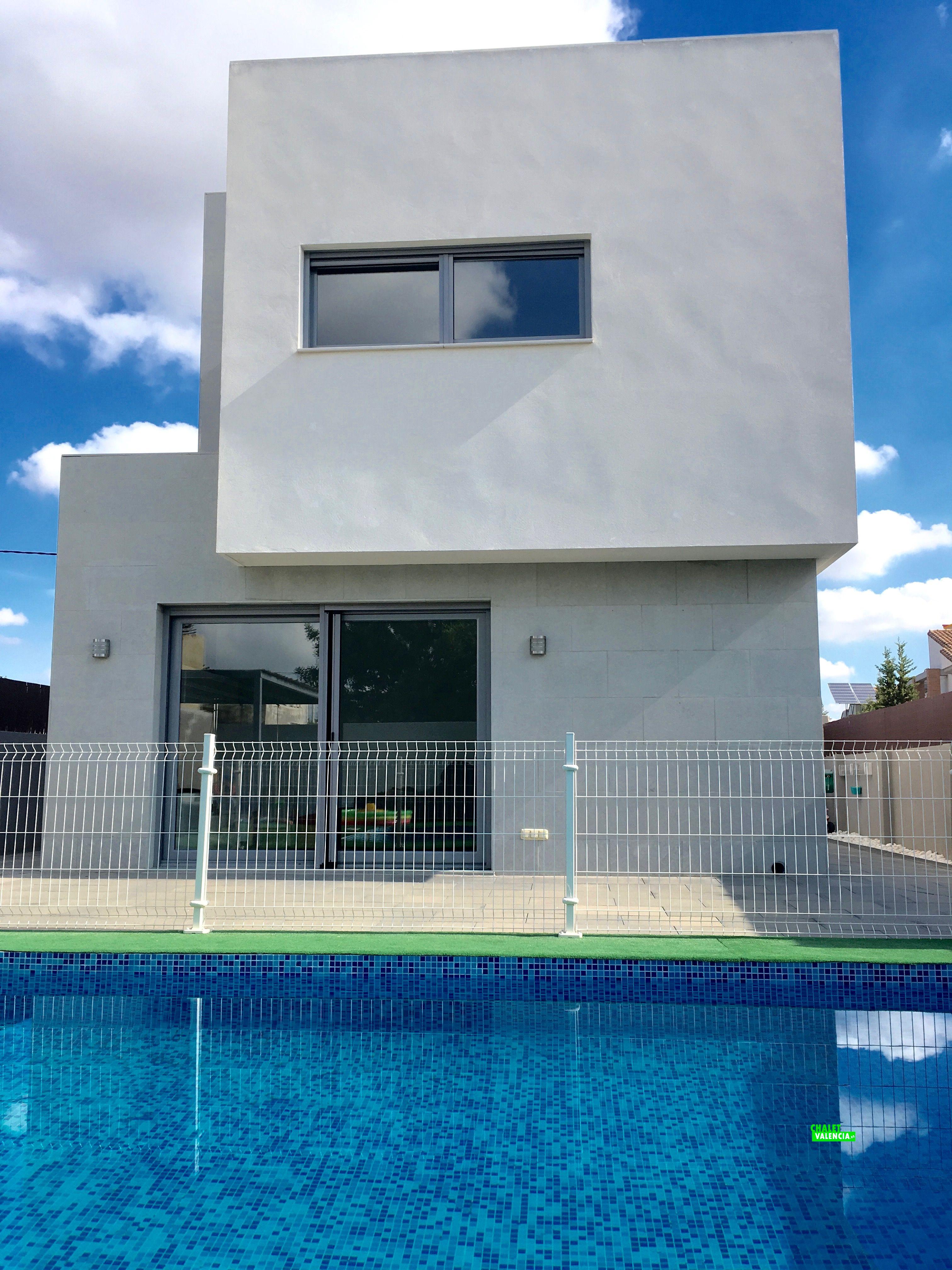 Vista chalet moderno desde piscina
