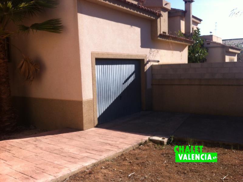 Entrada a garaje pareado con vecino