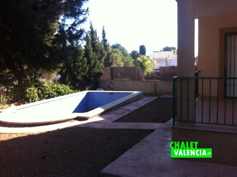 Zona piscina chalet a estrenar en Montealcedo