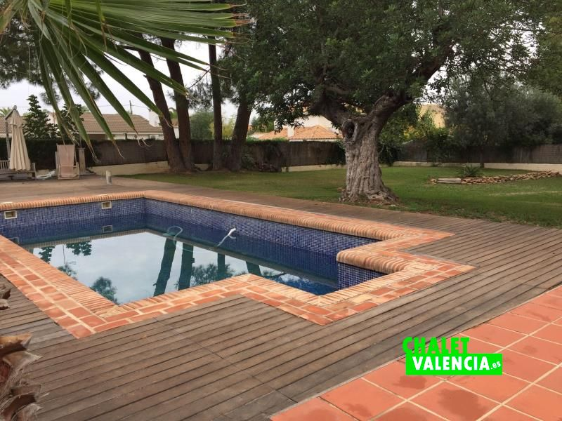 Piscina con zona chill-out para relax Chalet Valencia