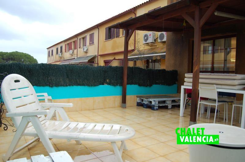 Terraza con vistas a la zona de piscina del club social