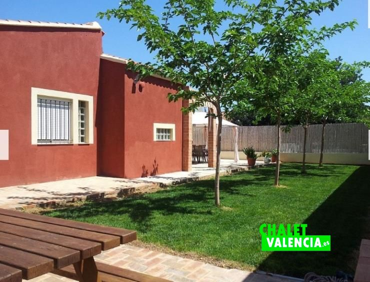 Zona jardín chalet urbanización Montealcedo