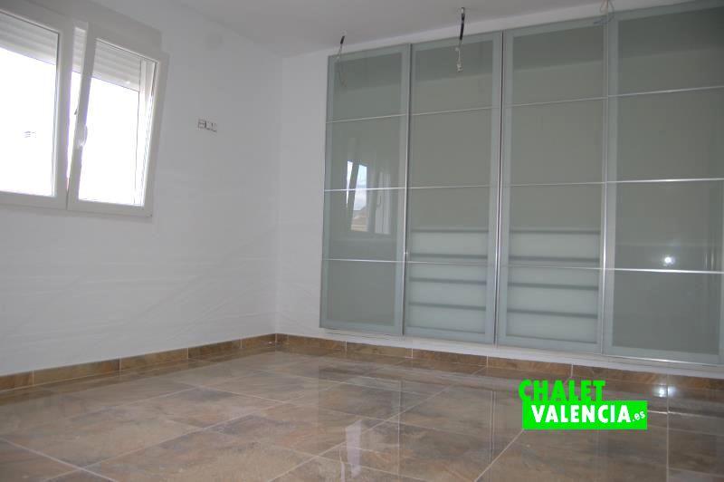 Habitación con armario en chalet obra nueva Maravisa