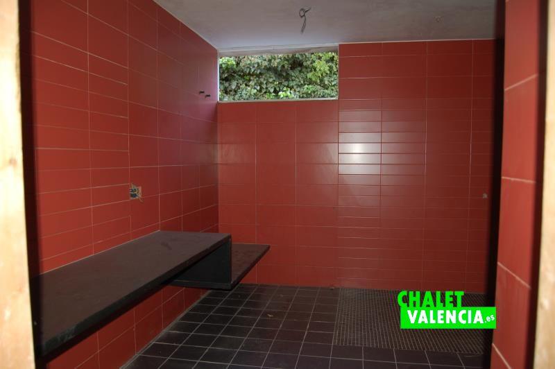 Baño sótano con ventana exterior
