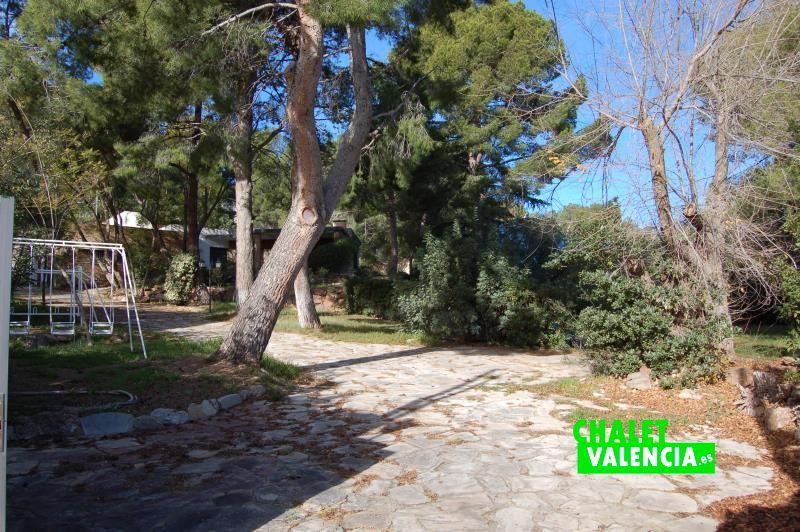 Entrada desde la calle al chalet con pinada Naquera