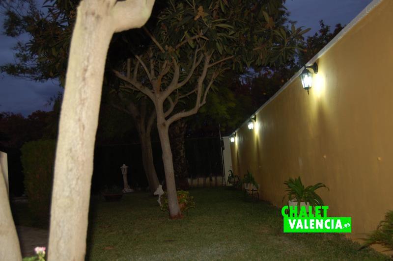 G10228-jardin-noche-chalet-valencia