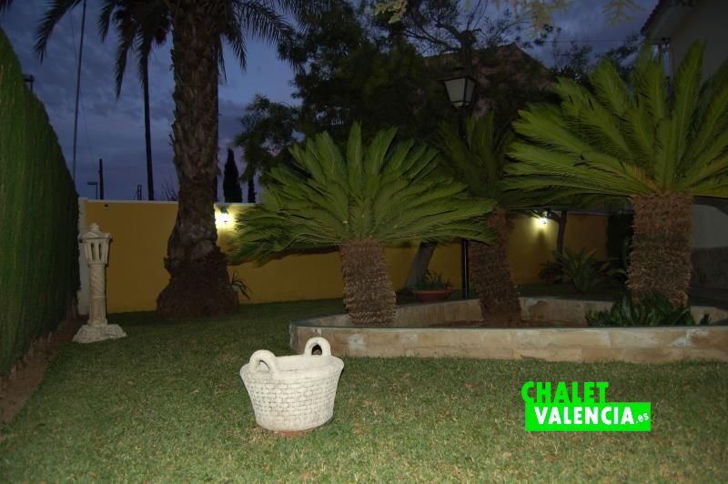 Jardín iluminado chalet con encanto La Eliana