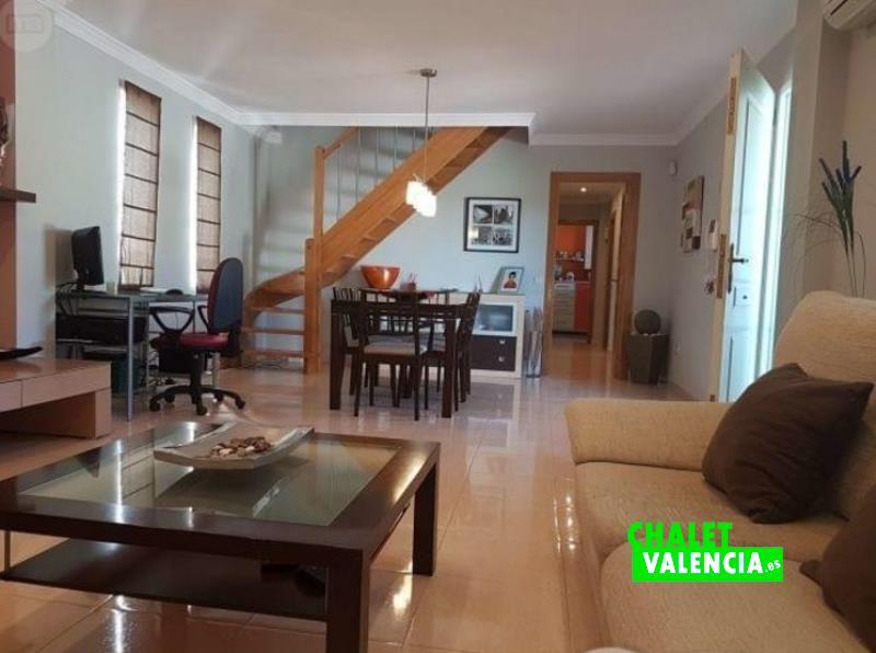 Zona salón comedor con mucha luz y escaleras al aire