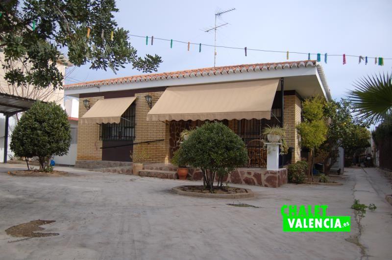 Zona de entrada chalet con 2 casas en Montesol