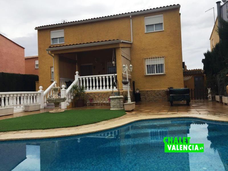 Chalet pareado con s tano y piscina en maravisa chalet for Piscina y jardin en valencia