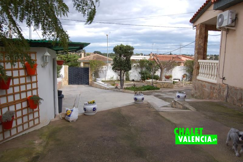 Zona Norte del chalet con  parking cubierto