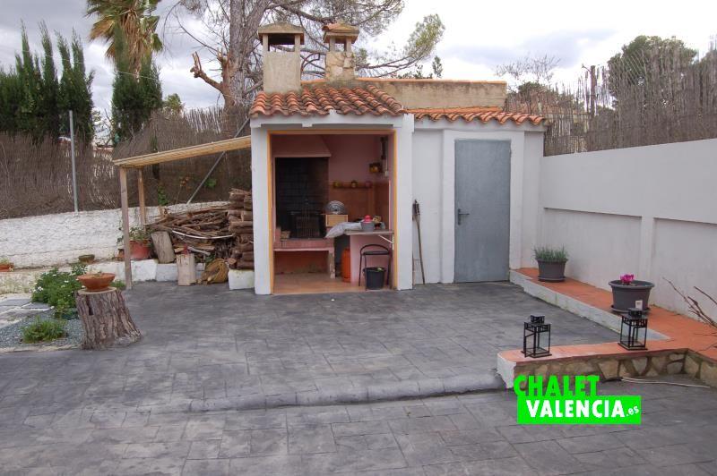Paellero junto piscina en Chalet Valencia