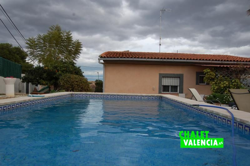 Villa in pla de la paella l 39 eliana chalet valencia for Piscina climatizada valencia