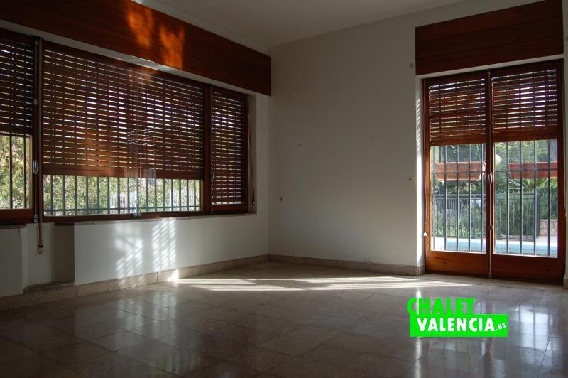 Habitaciones con grandes ventanales y puertas exteriores