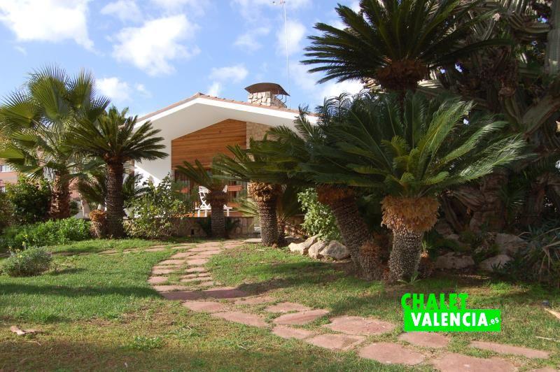 Jardín entrada gran chalet Montealegre