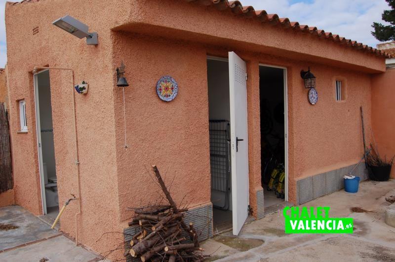 Construcción auxiliar con baño, lavadero y almacén