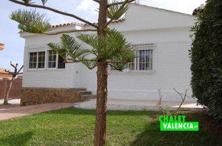 G12176-entrada-jardin-2-chalet-valencia