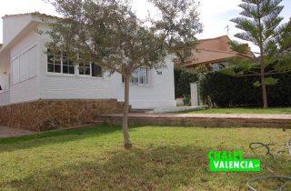 G12176-entrada-jardin-chalet-valencia