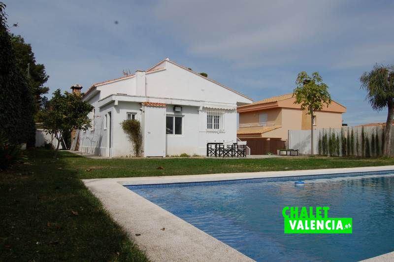 Piscina y jardín minimalista Valencia