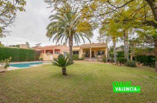 G12825-jardin-piscina-entrada-chalet-valencia