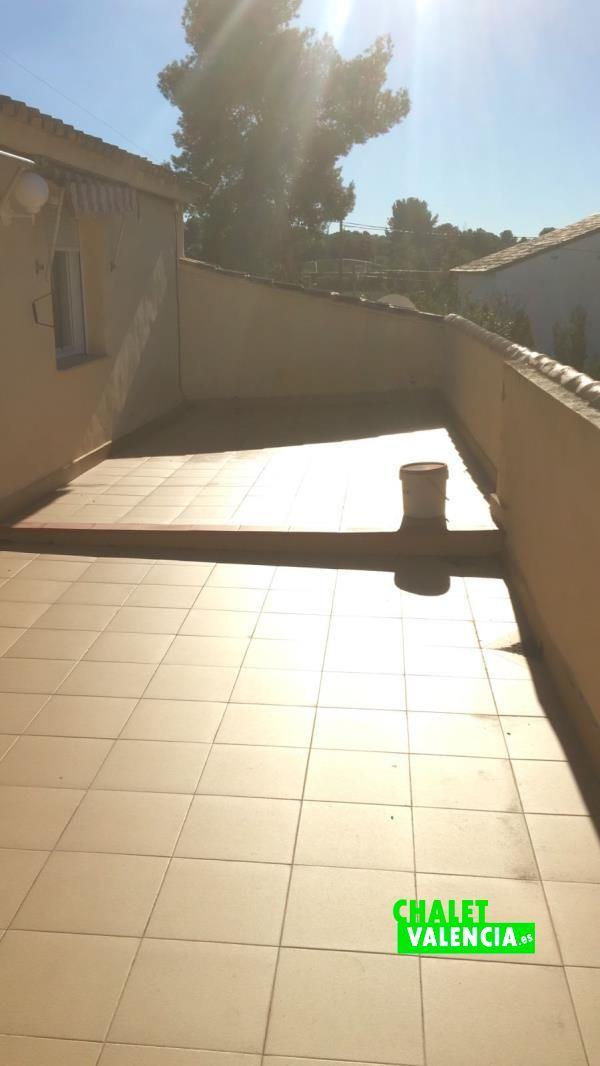 Amplia terraza en primera planta
