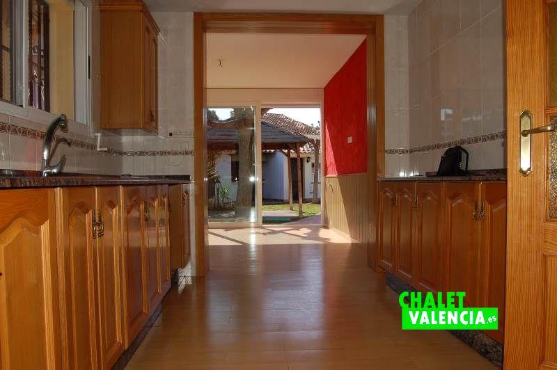 Cocina con terraza cubierta Chalet Valencia