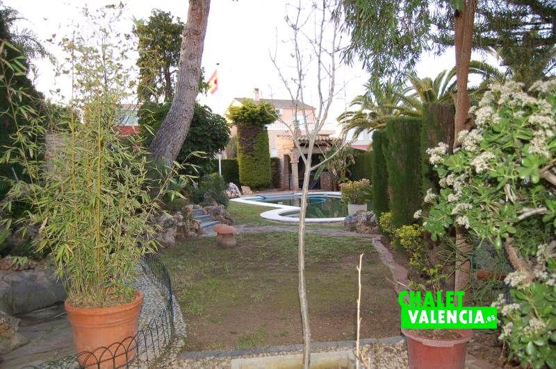 Zona interior parcela con 350m2 de jardín con piscina